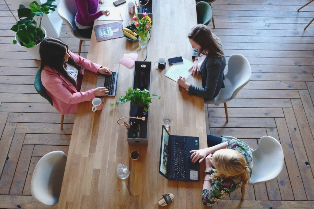 Excellent.org explains how leadership has to adapt in times of digitalisation, the picture shows several people working together in a kind of co-working space