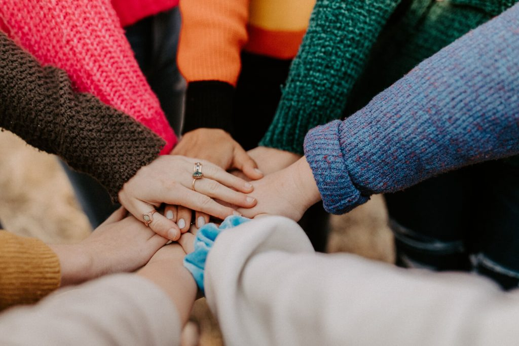 Excellent.org thematizes Interactive Marketing and mentions the advantages of a constant exchange with customers, the picture shows hands placed on top of each other as a sign of teamwork