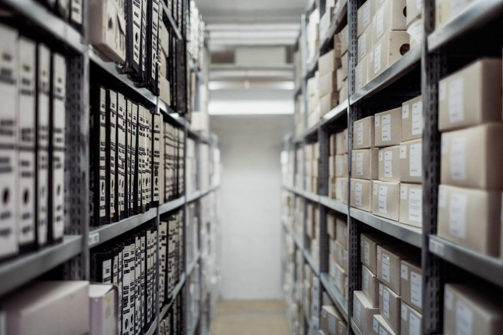 Excellent.org explains what mistakes online retailers make, such as incorrect inventory management, the picture shows warehouse shelves