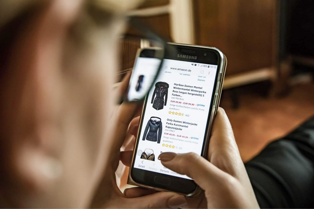 Excellent.org addresses the relevance of complete and detailed product descriptions in online stores, the image shows a person on a smartphone looking at products on the Internet