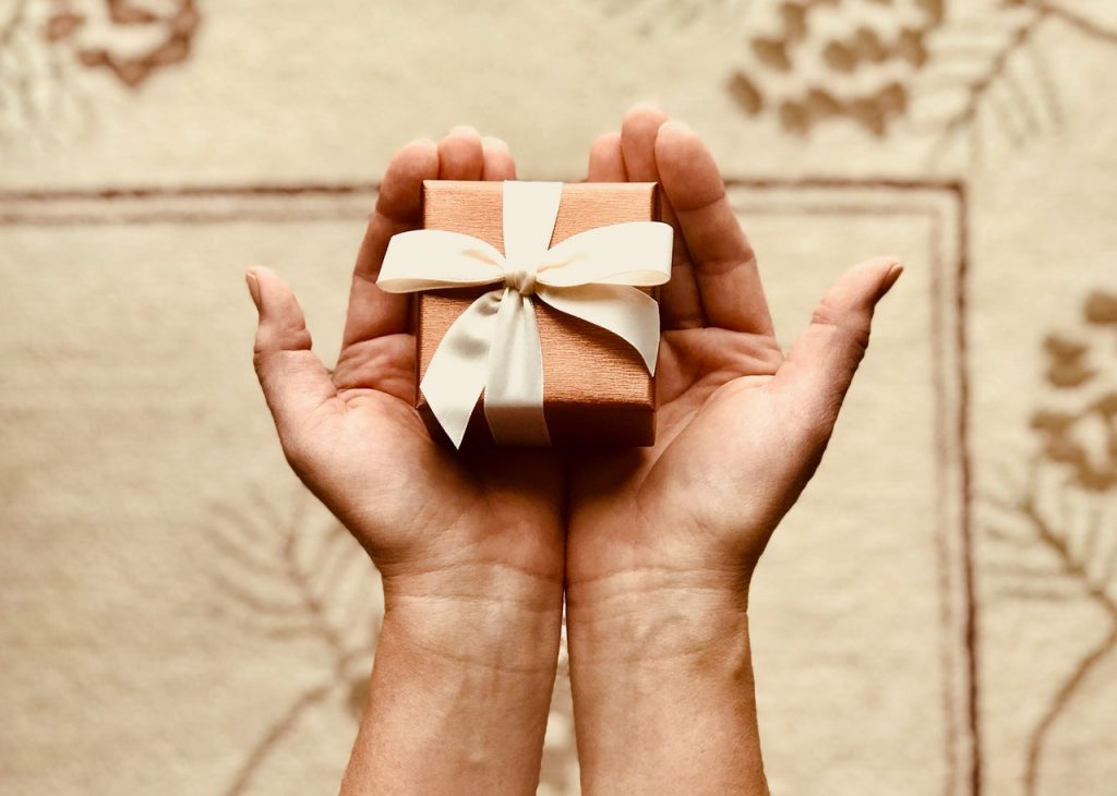 Excellent.org: someone holds a gift in his hands